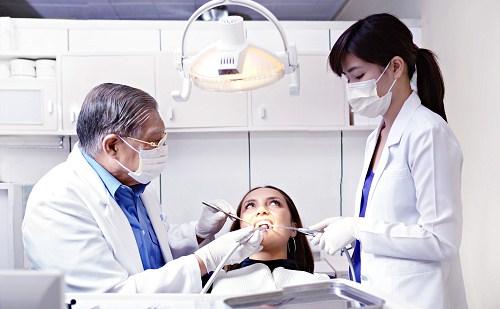khám răng kiểm tra tính trạng implant