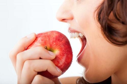 tẩy trắng răng bằng trái cây tại nhà