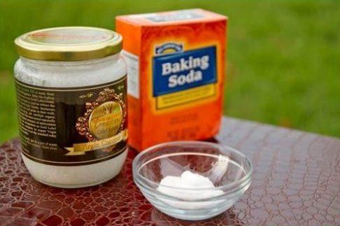 cách tẩy trắng răng bằng dầu dừa với baking soda