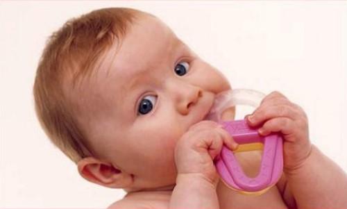 bé mọc răng sữa