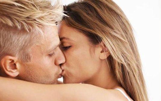 hôn nhau có bị lây sâu răng hay không 1
