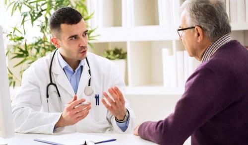 bác sĩ tư vấn cho bệnh nhân cao tuổi