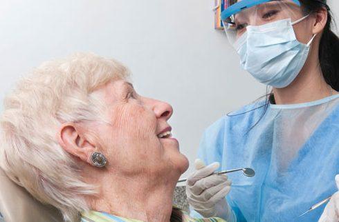 nhổ răng cho người già cần lưu ý những gì 1