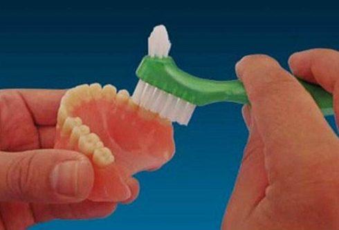 chia sẻ cách vệ sinh răng giả tháo lắp không phải ai cũng biết 1