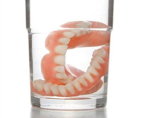 chia sẻ cách vệ sinh răng giả tháo lắp không phải ai cũng biết 2