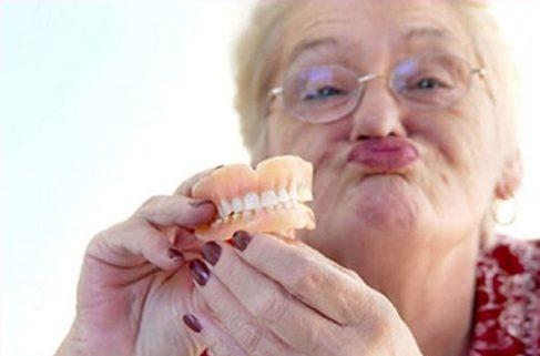 so sánh trồng răng tháo lắp và trồng răng sứ 1