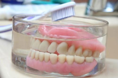vệ sinh răng tháo lắp