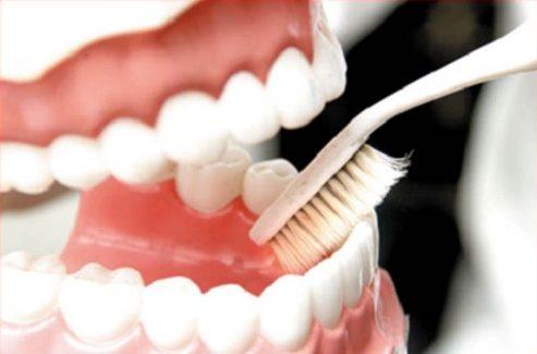 nguyên nhân gây hôi miệng khi trồng răng giả 2