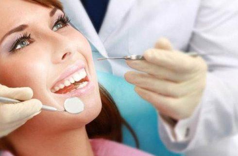 kiểm tra răng miệng tại nha khoa làm răng sứ Veneer