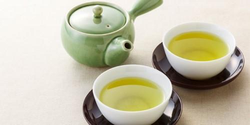 trị nhiệt miệng nhanh với trà xanh