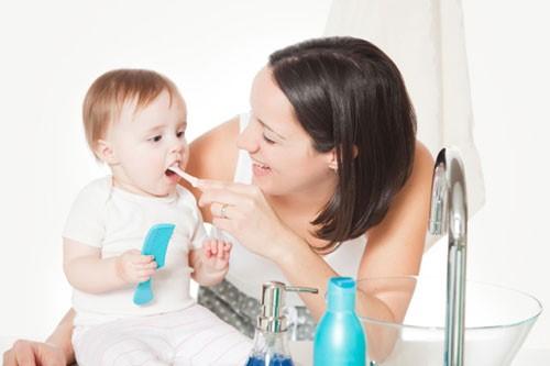 tập cho bé chải răng