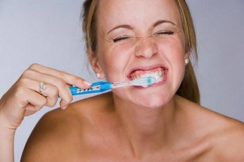 đánh răng quá mạnh