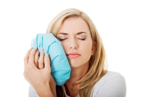 chườm đá giúp giảm đau sau nhổ răng
