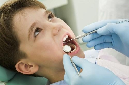 thăm khám răng miệng cho bé