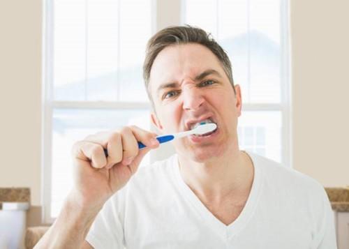 đánh răng sai cách