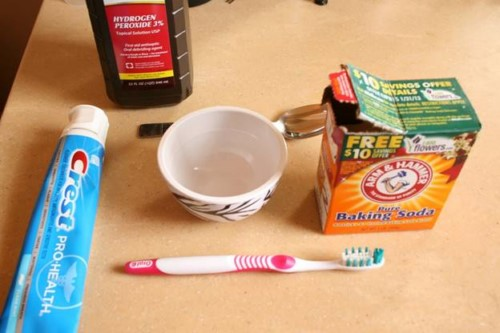 làm sạch mảng bám trên răng với baking soda