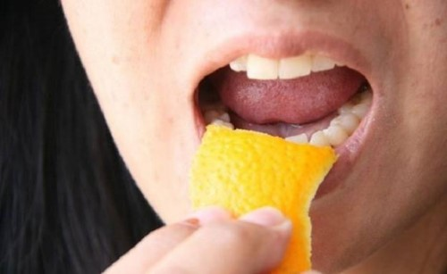 làm sạch mảng bám trên răng với vỏ cam