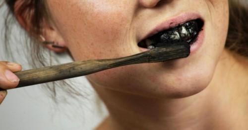 đánh răng bằng bột than đen