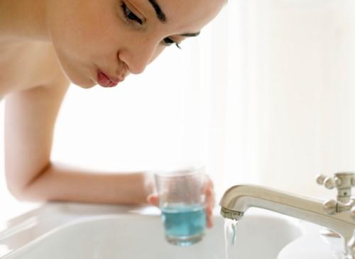 cách sử dụng nước súc miệng đúng cách
