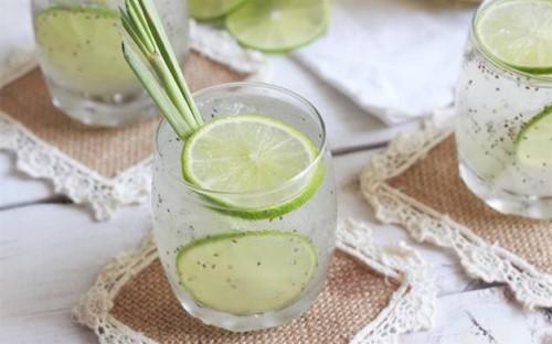 nước chanh giúp khử mùi tỏi trong miệng