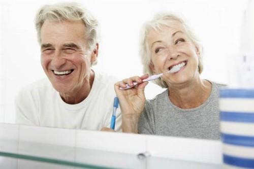 vệ sinh răng miệng với răng implant