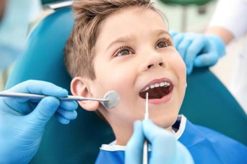 khám răng định kỳ cho bé