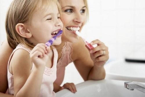 bé đánh răng