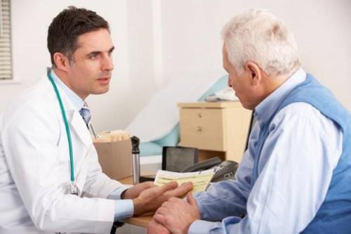 bác sĩ thăm khám sức khỏe