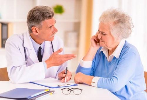 Tư vấn: 76 tuổi mất răng toàn hàm nên cấy Implant hay làm tháo lắp