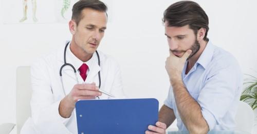 bác sĩ tư vấn và thăm khám