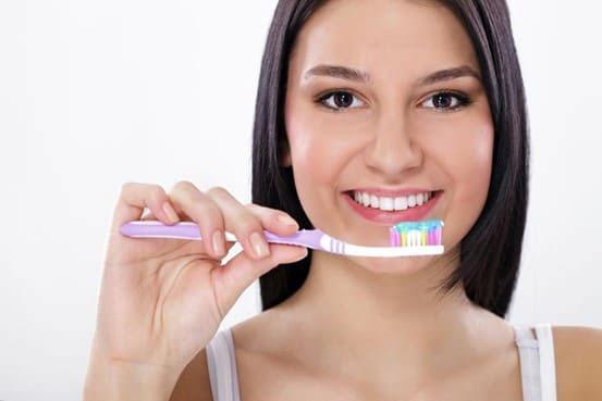 Chải răng bằng bàn chải lông mềm