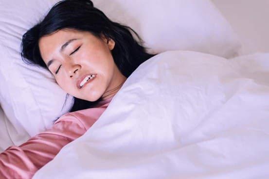 Chứng nghiến răng khi ngủ khiến răng bị mài mòn và trở nên nhạy cảm