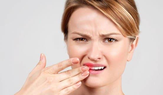 Răng có hiện tượng ê buốt đột ngột hoặc bị kích thích bởi các tác động bên ngoài