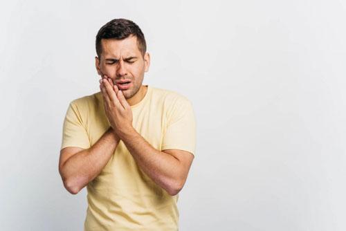 Nếu cơn đau tại vị trí nhổ răng kéo dài không khỏi, bạn nên quay lại nha khoa để được kiểm tra